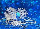 Kerstversiering en herten zijn op een blauwe achtergrond feestelijke — Stockfoto