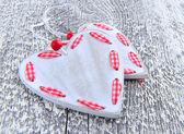 Valentinky den pozadí. dvě srdce na dřevěné pozadí — Stock fotografie
