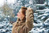 Young woman in winter forest — Stockfoto