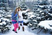 Hermosas jovencitas están en el bosque de invierno — Foto de Stock