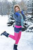 Giovane bella ragazza in inverno — Foto Stock