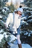 Giovane donna nella foresta invernale — Foto Stock