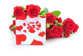 红玫瑰在白色背景上的小小礼物 — 图库照片