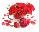 красные розы с подарочная коробка в форме сердца на белом фоне — Стоковое фото