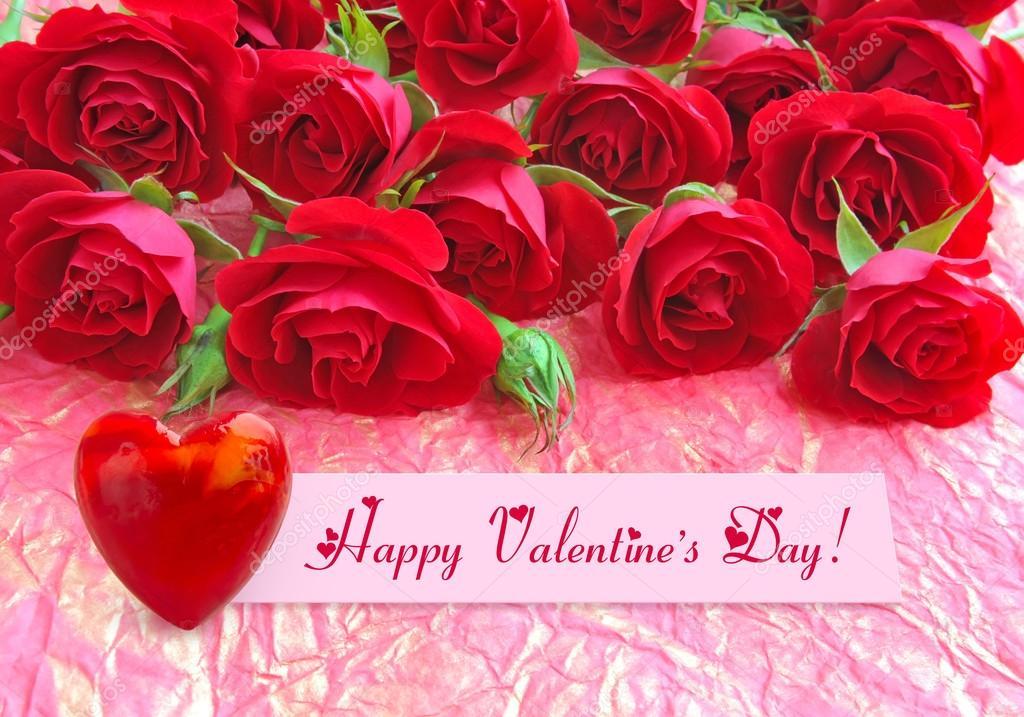 红玫瑰与背景的包装纸上的一颗心
