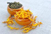 сухие лечебные травы и лепестки в чашки на вретище, фитотерапия — Стоковое фото