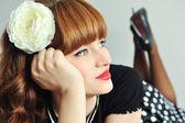 красивая молодая женщина мечтает с цветком на голове. винтажный стиль — Стоковое фото