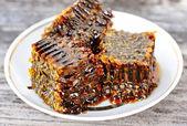 Dolce nido d'ape con miele sulla piastra — Foto Stock