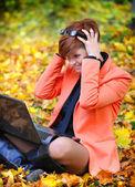 Mulher bonita com laptop no parque outono — Fotografia Stock