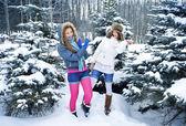 Unga vackra flickor är i skogen vinter — Stockfoto