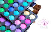 Professionelle lidschatten palette mit make-up pinsel auf weißem hintergrund — Stockfoto