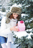 A young girl is with a gift in winter park — Stock Photo