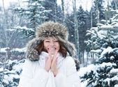 Junge frau im winterwald — Stockfoto