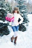 Schönes glückliches mädchen mit einkaufstüten in einem winter park — Stockfoto