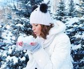 Winter jong meisje waait sneeuw — Stockfoto
