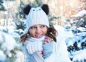 Chica joven invierno era fría — Foto de Stock