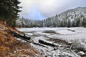 красивый пейзаж с замороженных горное озеро — Стоковое фото