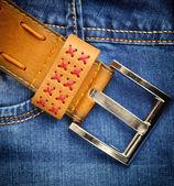 Cinto de couro marrom em jeans azul — Fotografia Stock