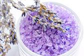 Aromaterapi ve kurutulmuş lavanta banyo tuzu — Stok fotoğraf