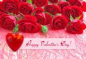 红玫瑰与背景的包装纸上的一颗心 — 图库照片
