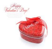 Kalp şeklindeki beyaz zemin üzerine kırmızı hediye kutusu — Stok fotoğraf