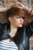 Tuğla duvara yakın poz güzel bir kadın moda portre — Stok fotoğraf