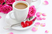 Cup of coffee and roses for Valentine's Day, isolated on white — Stockfoto