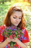 красивая молодая женщина с букетом цветов весны — Стоковое фото