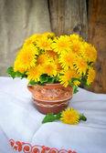 陶磁器の水差しのタンポポの花束 — ストック写真
