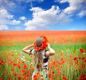 Vacker ung kvinna i röd ljusa vallmo — Stockfoto