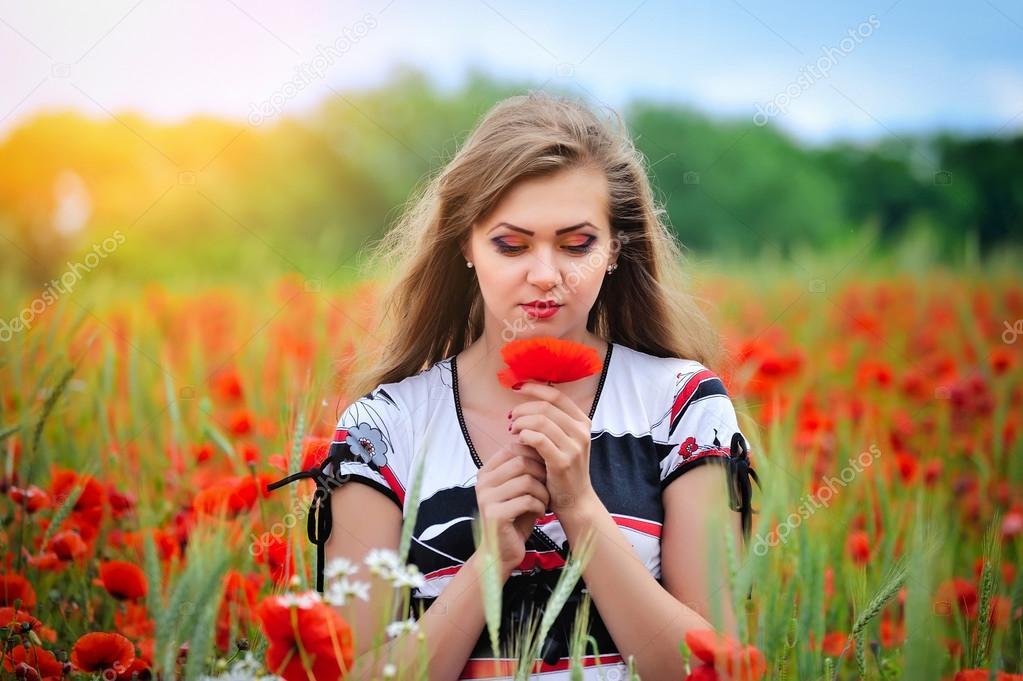 Девушка в маковом поле фото красивая