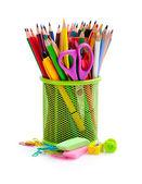 Sostenedor de la cesta y útiles de oficina aislados sobre fondo blanco — Foto de Stock