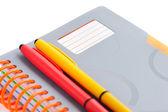 Anteckningsbok och pennor isolerad på vit bakgrund — Stockfoto