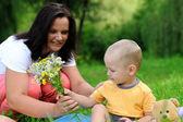 Ung mamma och dotter i parken — Stockfoto