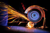 Worker cutting metal with grinder — Fotografia Stock