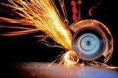 Arbeitnehmer schneiden metall mit mühle — Stockfoto