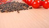 トマトおよびコショウ木の板に — ストック写真