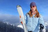 Młoda kobieta z nart — Zdjęcie stockowe