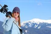Mladá žena s lyží — Stock fotografie