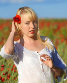 Young beautiful girl in the field — Stock Photo
