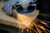 Metallo di operaio taglio con smerigliatrice — Foto Stock