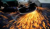 Pracownik cięcia metalu z młynek — Zdjęcie stockowe