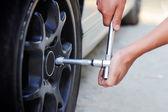 Meccanico mutevole ruota auto — Foto Stock