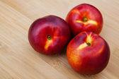 Nectarinas na mesa de madeira — Foto Stock