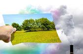Escolher entre natureza limpa ou poluição — Foto Stock