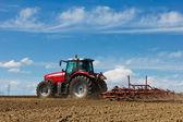 Tractor y arado — Foto de Stock