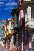 Scène de rue colorée avec très étroite maison peinte. maisons historiques à istanbul, fatich. — Photo