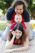 Gelukkige familie buiten — Stockfoto