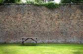 Stół piknikowy i ściany — Zdjęcie stockowe