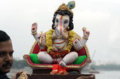 Hindu devotess ready to immerse Lord Ganesha idols during hindu festival — Stock Photo